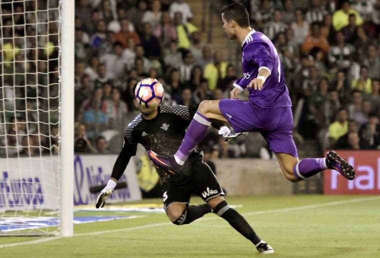 Cristiano Ronaldo falla una ocasión de gol contra el Betis - EFE
