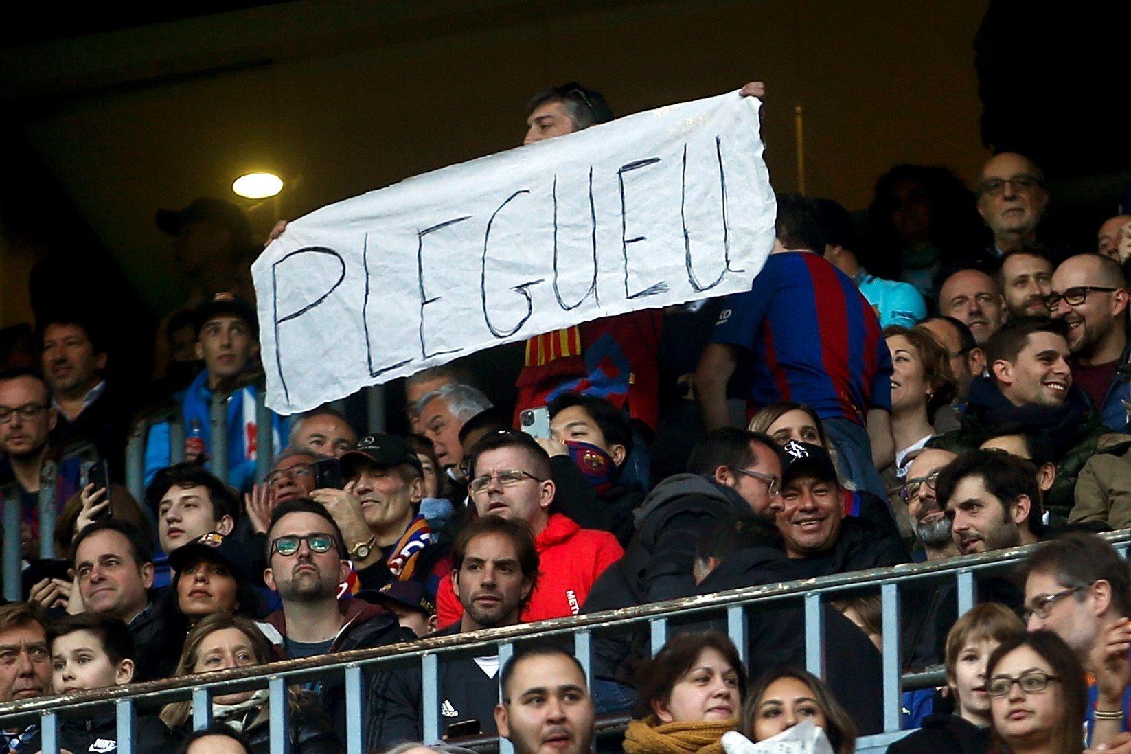 Un afeccionat del Barça demana la dimissió de Josep Maria Bartomeu | EFE