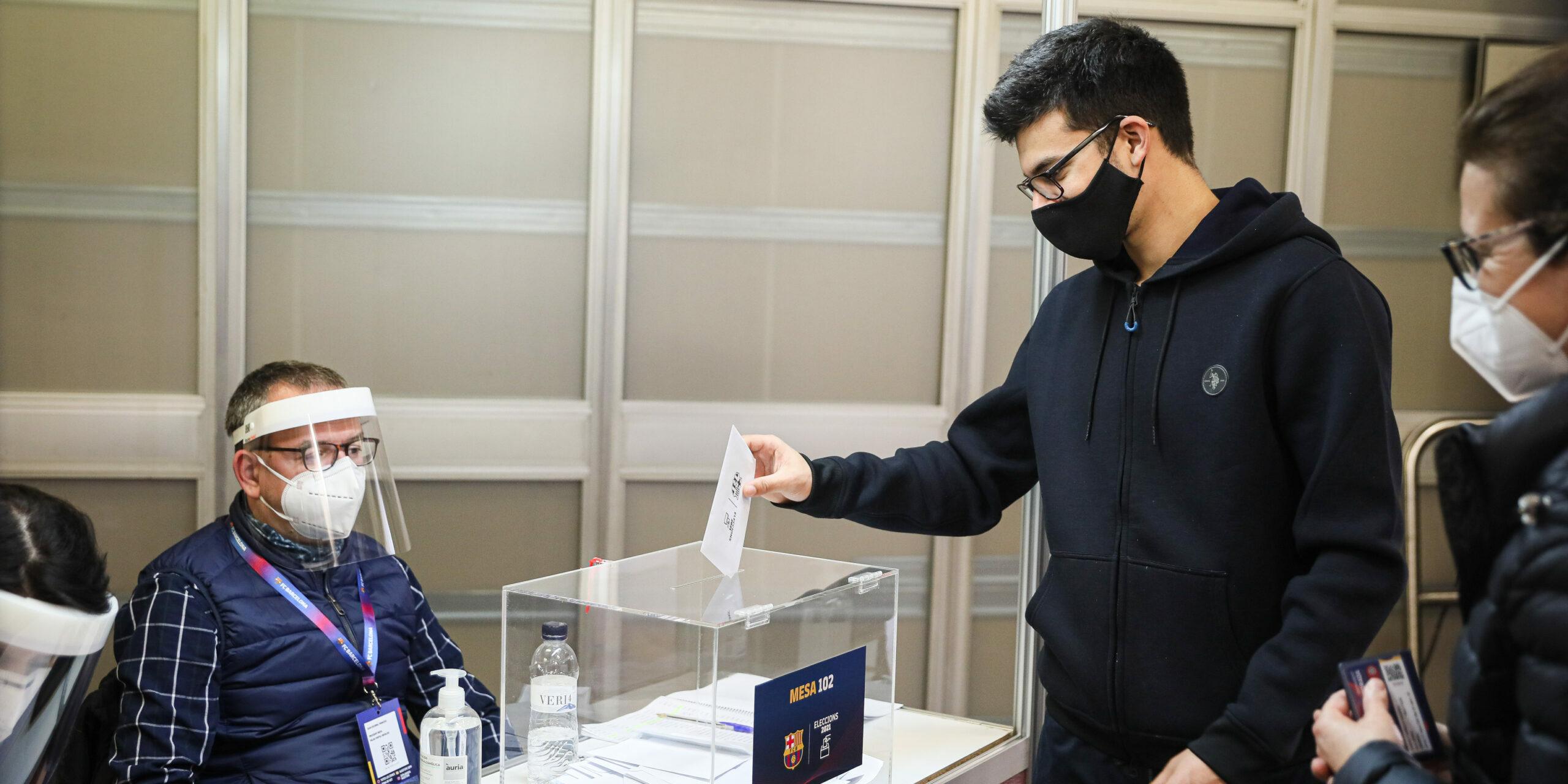 Un soci vota al Palau Blaugrana | Jordi Borràs
