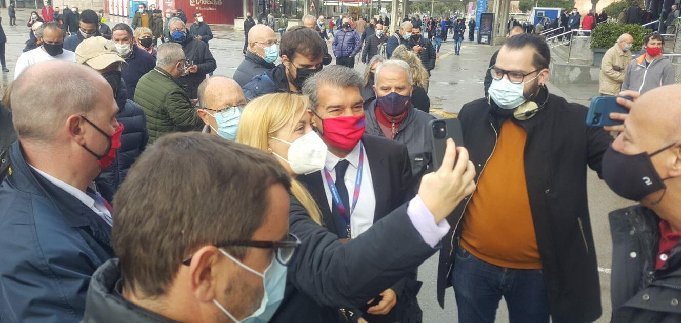 Joan Laporta, després d'haver votat   El Món